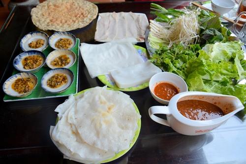 Đặc sản Đà Nẵng gồm cả bánh đập và bánh bèo chén.