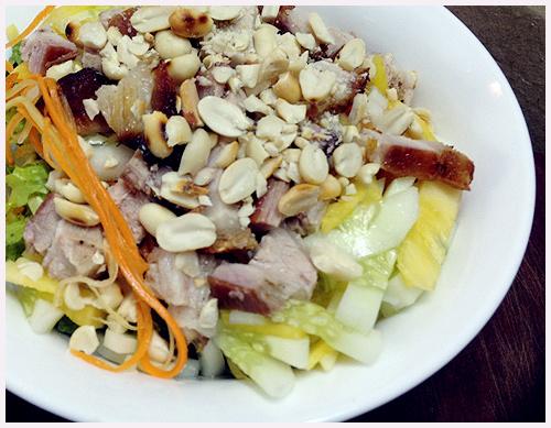 Tô bún thịt quay mắm nêm không chỉ đầy đặn mà còn rất đủ chất bởi nó có cả tinh bột lẫn thịt và rau.